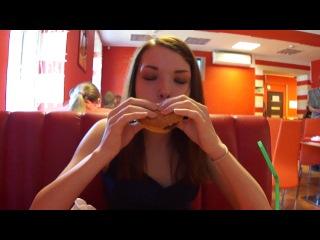 Лиза ест двойной чизбургер