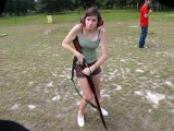Девушка стреляет из винтовки Мосина