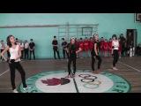 крутой танец в школе у сестры) двоюродной Леся