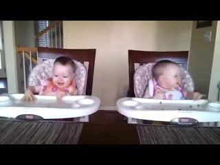 Младенцы услышали папину гитару