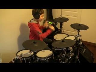 Мальчик бесподобно играет Нирвану на барабанной установке