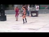 ахаха бедная девочка опозорилась на весь город со своим танцем...ну...если это ещё можно назвать так ахах))) Хд