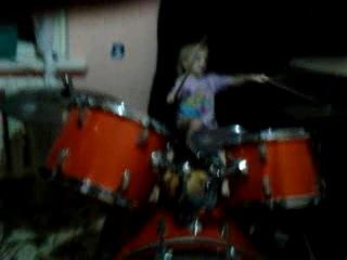 юная барабанщица