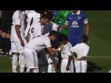 Криштиану Роналду раздает автографы прямо на поле в матче против Эвертона 04.08.13