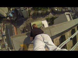Экстремал Скотт Янг сделал стойку на руках на краю крыши небоскреба в Шанхае