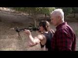 Норман Ридус (Дэрил) учится стрелять из арбалета (юмор) KINOZOMBI.RU