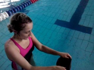 как правильно одевать шапку в бассейне