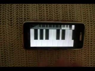 Чувак играет сумерки на телефоне.mp4