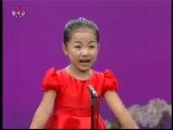 маленькая девочка красиво поет