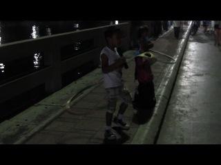 Thai boy and girl sing and dance on the Pattaya's beach - Тайские мальчик и девочка поют и танцуют на набережной Паттайи