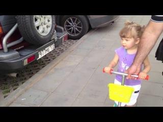 Девочка Эля знает все марки машин. Ей 2 года.