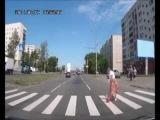 Бабка ниндзя из России/ Старенькая бабушка очень медленно переходит дорогу. Прохожие хотели помочь ей перенести вещи, но бабка побила их палкой.