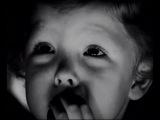 Малыш смотрит кукольный спектакль