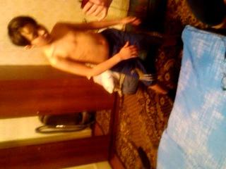 голый мальчик тресущий своими сиськами