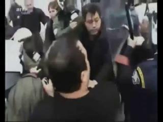 як розганяють демонстрації в Європі!