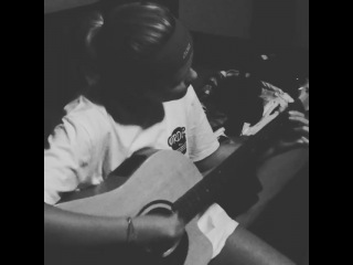 Seems like Alli does remember how to play the guitar a little bit.. must be tough with those nails! 🙊 @allisimpson
