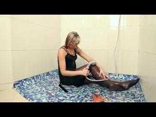 девушка купается в одежде