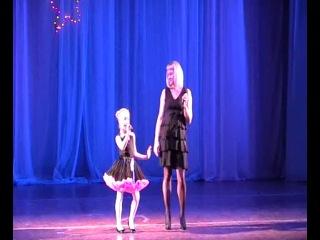 Лиза Кузьмичева с мамой на городском фестивале 2013г. с песней