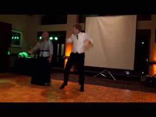 Вот так надо танцевать с тещей на свадьбе )))