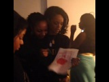 Рианна с фанатами за кулисами шоу в Новом Орлеане, США (15 ноября 2013)
