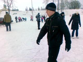 сын впервые на коньках.