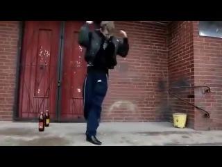 Пацан очень прикольно танцует с пивом