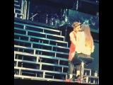 Джастин бибер целует её)Охринела девка)я тоже так хочу!