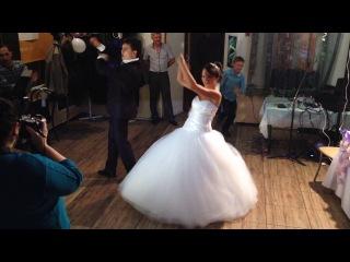 Самый прикольный свадебный танец. Аудиозапись из видео есть в комментариях. Смотрите комментарии.
