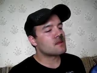 Uncle Eats Nieces Pet Dragon Fly (ебанутый дядя сожрал стрекозу на глазах у детей)