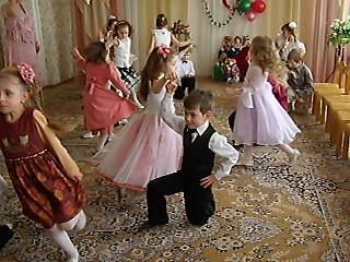 Танец в детском саду на 8 марта.Доченьке 5 лет.