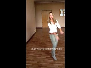 Русские девочки танцуют лезгинку  в школе