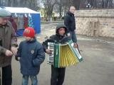 цыганята поют  и играют на аккордеоне очень круто