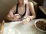 доча лепит первый раз пельмешки-шляпки)))