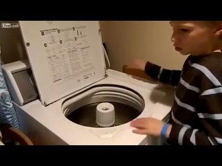 Мальчик болеющий аутизмом, освоил игру на стиральной машине.