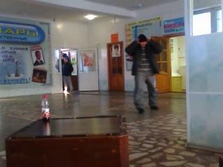 пьяный мужик танцует и поёт, ржака: