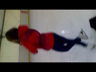 вот смотрите это моя подруга она классно катается на коньках все видите аххах