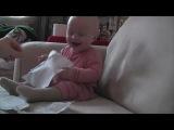 Маленький мальчик прется от звука рвущейся бумаги