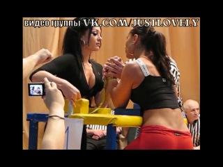 Две очаровательные, обаятельные, прекрасные девушки борются на руках. Армреслинг armwrestling arm wrestling. Очень красивая грудастая брюнетка проиграла попастой