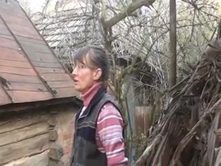 Она с вилами защищала свой дом от