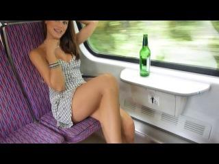 В поезде раздевается и показывает свои прелести частное порно  little caprice