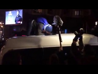 Тетяна Чорновол проникає у мікроавтобус, з якого СБУ вело прослуховування