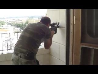 Какой скромный снайпер. Стреляет из маленького отверстия.