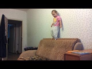 Соня прыгает с высоты своего роста Слабонервных и бабушек прошу не смотреть