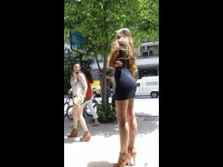 Красотка в мини платье, очень очень сексуальная
