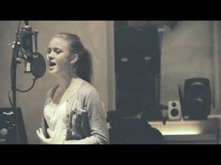 Красивая девушка,нереально красиво поет