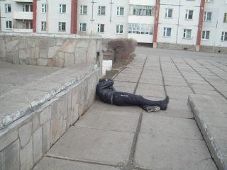 пьяный бомж упал со ступеньки