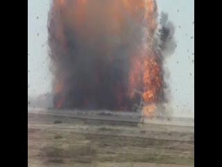 """Англичане взрывают """"геркулес"""" который при посадке был повреждён, уничтожают из за не возможности его ремонта"""