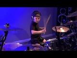 6-летний малыш круто играет на ударной установке