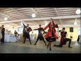 Девушка шикарно танцует лезгинку