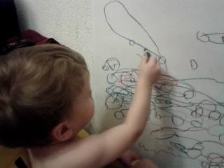 мальчик рисует машинки